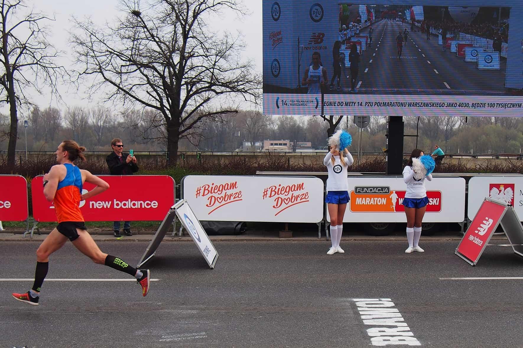 Biegacz na finiszu półmaratonu